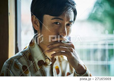 昭和 レトロ 煙草を吸う男性 ポートレート 27165669