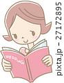 アルバムを見る若い女性(ピンク) 27172895