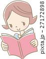 本を読む若い女性(水色) 27172898
