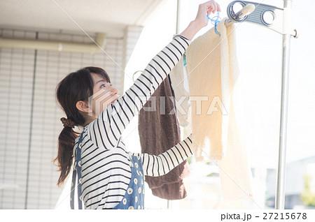 ベランダで洗濯物を干す主婦 27215678