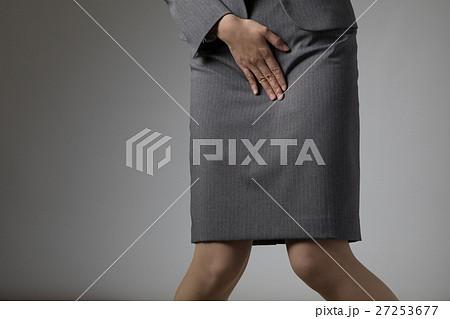 股間を押さえる女性、小便、尿、腎臓、漏れ、悩み 27253677