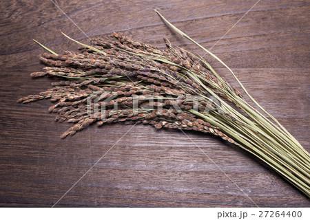 木の板の上の古代米の穂 27264400