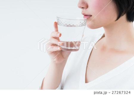 若い女性(水) 27267324