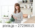 女性 ライフスタイル キッチン 27296015
