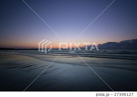 夕焼けで群青色に染まる空と海 27306127