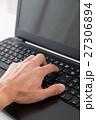 パソコンと手 27306894