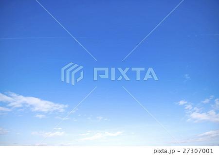 青空 空 雲 冬の空 背景 背景素材 12月 コピースペース 27307001