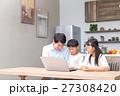 パソコン ダイニングキッチン 家族の写真 27308420