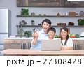 パソコン ダイニングキッチン 家族の写真 27308428