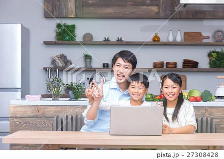 パソコンを使う家族 父親 お父さん 姉弟 勉強 ダイニングキッチン ライフスタイル 宿題する小学生 27308428