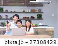 パソコン ダイニングキッチン 家族の写真 27308429