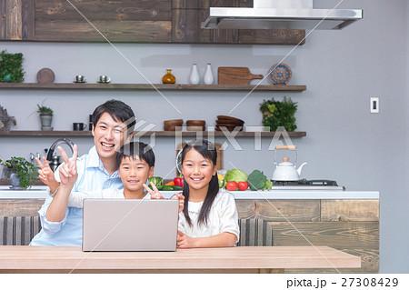 パソコンを使う家族 父親 お父さん 姉弟 勉強 ダイニングキッチン ライフスタイル 宿題する小学生 27308429