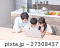 パソコン ダイニングキッチン 家族の写真 27308437