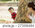 秋の公園で遊ぶ母と息子 27308484
