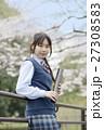 満開の桜と卒業する女子高校生 27308583