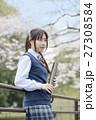 満開の桜と卒業する女子高校生 27308584