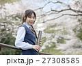 満開の桜と卒業する女子高校生 27308585