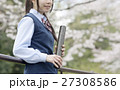 満開の桜と卒業する女子高校生 27308586