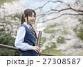 満開の桜と卒業する女子高校生 27308587