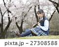 満開の桜と卒業する女子高校生 27308588