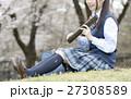 満開の桜と卒業する女子高校生 27308589