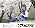 満開の桜と卒業する女子高校生 27308590