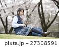 満開の桜と卒業する女子高校生 27308591