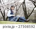 満開の桜と卒業する女子高校生 27308592