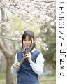 満開の桜と卒業する女子高校生 27308593