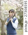 満開の桜と卒業する女子高校生 27308595