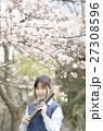 満開の桜と卒業する女子高校生 27308596