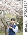 満開の桜と卒業する女子高校生 27308597