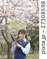 満開の桜と卒業する女子高校生 27308598