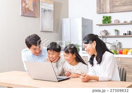 パソコンを使う家族 父親 お父さん お母さん 母親 姉弟 勉強  27309632