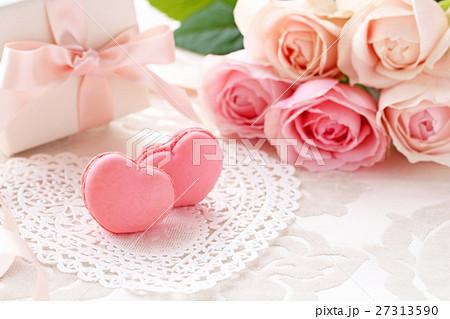 ピンクのハート型マカロンとピンクの薔薇のブーケとプレゼント 27313590