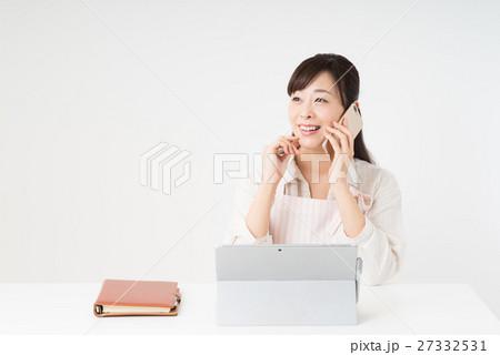パソコンを使う女性 27332531