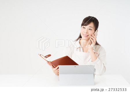 パソコンを使う女性 27332533