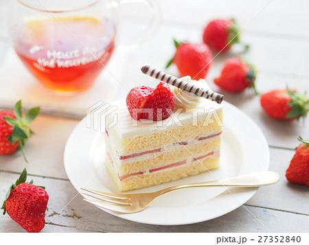 イチゴショートケーキでティータイム 27352840