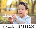 紙飛行機で遊ぶ子供 27365203