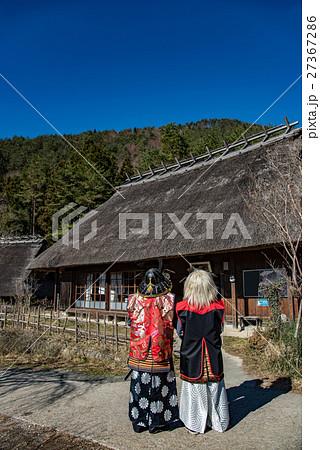 西湖いやしの里根場の火の見の館 侍の衣装で古民家を眺める人 27367286
