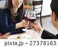 レストランで赤ワインを飲みながら食事するカップル 27378163