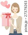 好き プレゼントを渡す女性 27379263