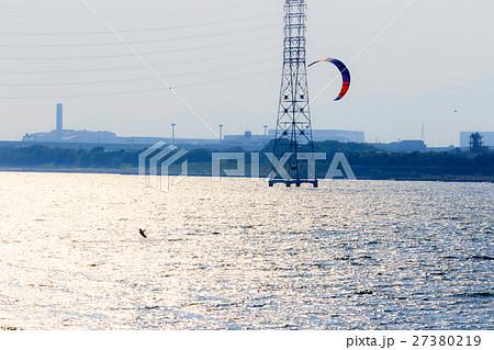 輝く淀川でのカイトサーフィン 27380219