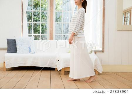若い女性の写真素材 [27388904] - PIXTA