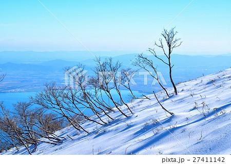 蓬莱山の雪原と琵琶湖の眺め 27411142
