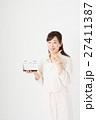 カレンダーを持つ女性 27411387