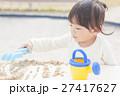 砂遊び 女の子 幼児 27417627