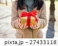 プレゼント バレンタイン 女性の写真 27433118