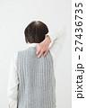 背中をかくシニア 白バック 27436735