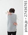 背中をかくシニア 白バック 27436765